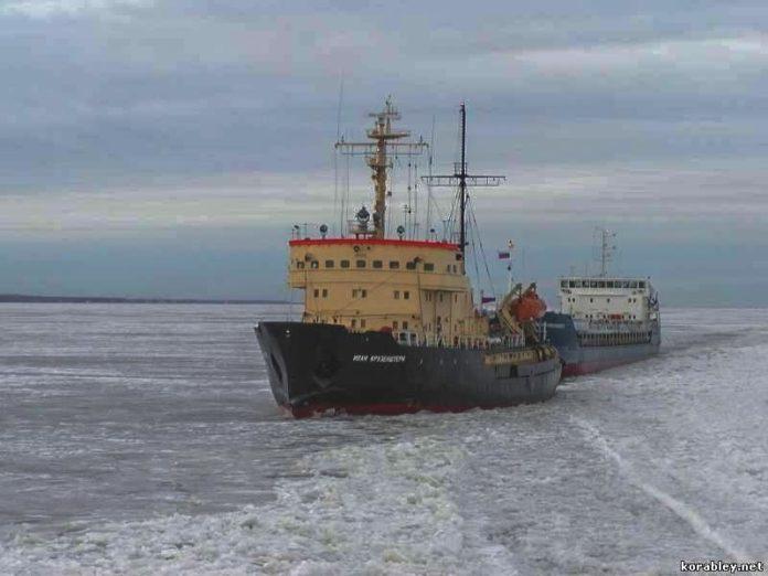 Ледокол Иван Крузенштерн осуществляет проводку судна в Финском заливе